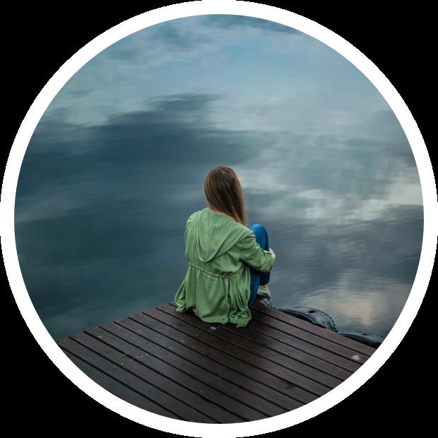 Femme pensive regardant l'horizon sur un ponton