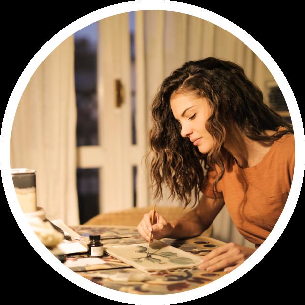 Femme qui dessine se concentrant sur son travail